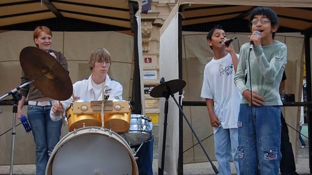 HUDBOU PROTI DISKRIMINACI. Karneval rozmanitostí zahájila kapela Rachot band.