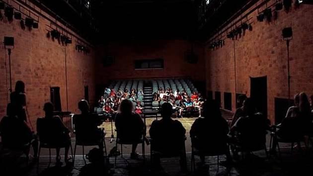 AMBROZIÁDA. DENÍK J. M. je příběh, který studují účastníci letošního běhu divadelních kurzů pro mládež Ambroziáda 2016 v Malém divadle v Liberci.