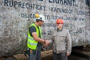 Pracovníci kamenolomu a specializované firmy vytahovali 18. července pomocí jeřábu téměř 73 tunový žulový kvádr. Monolit o objemu 27,5 metrů krychlových bude sloužit jako materiál pro sochaře Jaroslava Rónu. Na snímku je se sochařem Vojtěch Mai (vlevo).