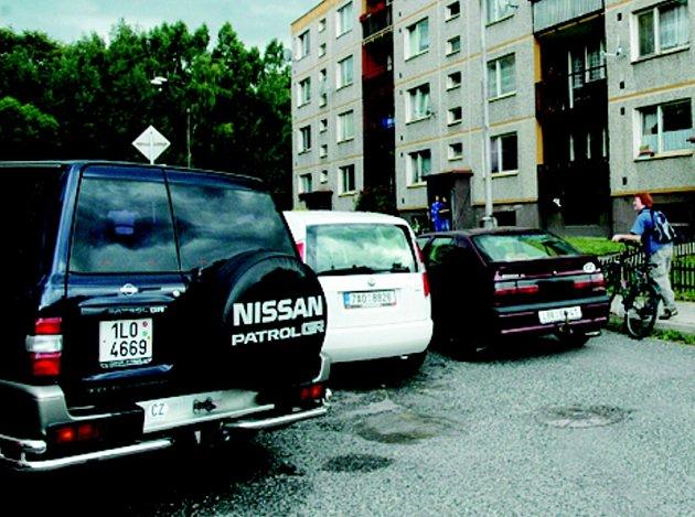 PŘEPLNĚNÉ SÍDLIŠTĚ. Na Střeleckém vrchu v Chrastavě je ve večerních hodinách takřka nemožné zaparkovat. Město už na řešení nevyhovující situace pracuje.