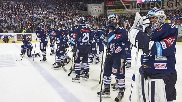 SMUTEK. Hráči Bílých Tygrů smutní po prohraném čtvrtém finále na půdě Komety Brno.