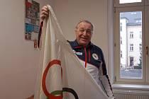 František Halíř s olympijskou vlajkou.