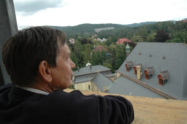 STARONOVÁ STŘECHA. Díky rozsáhlé rekonstrukci se budova Severočeského muzea vrátila ke své původní podobě z konce 19. století. Na snímku si novou střechu prohlíží ředitel muzea  Alois Čvančara.
