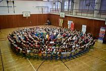 306 lidí sedících na židli. Občanské sdružení TULIPAN se letos opět úspěšně pokusilo o překonání rekordu.