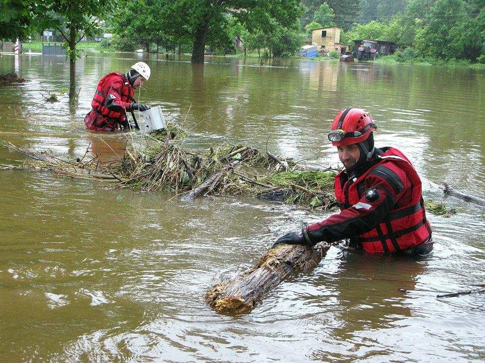 Vodní a potápěčská záchranná služba Liberec pomáhala s odstraňováním následků víkendové povodně v Černousech.