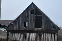 Ne zcela vyhovující prostory stodoly v útulku.