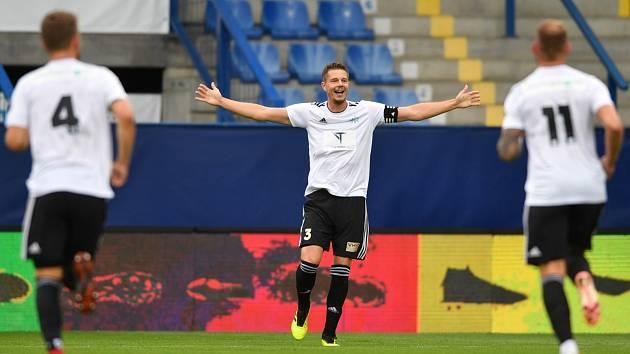 Jan Zákostelský slaví jeden ze dvou gólů, které vstřelil v poháru Liberci. Zbuzany vyhrály 2:1 a překvapivě postoupily do dalšího kola.