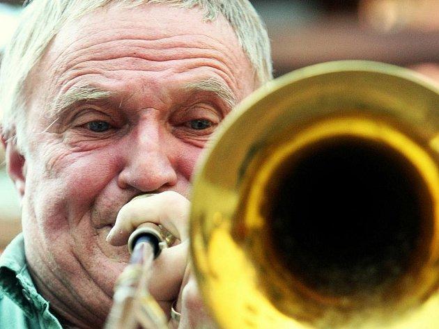 LEGENDU JAZZOVÉ SCÉNY SI POSLECHNOU FANOUŠCI I LETOS. Legendu tuzemské jazzové scény, pozounistu Mojmíra Bartka, si užijí žáci dílny a na koncertu lidé poslechnout také letos.