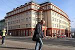 SEDMIPODLAŽNÍ OBJEKT Skloexportu postavený v roce 1932 stojí naatraktivním místě v blízkosti vlakového nádraží.