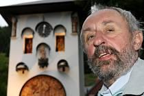 Od soboty mohou návštěvníci Kryštofova údolí obdivovat první vesnický orloj v České republice. Na snímku Martin Chaloupka, majitel prvního vesnického orloje.