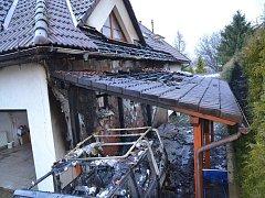 Požár automobilu a domu v ulici Dobrodružná.