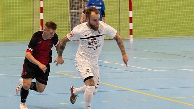 Viktor Žampa (v bílém) v duelu proti Liberci.