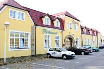 CHRASTAVSKÝ ZÁMEČEK. V současné době funguje jako domov pro stále ještě plně aktivní seniory. Společnost, která domov provozuje, počítá s vybudováním dalšího domova, a to v Dětřichově.