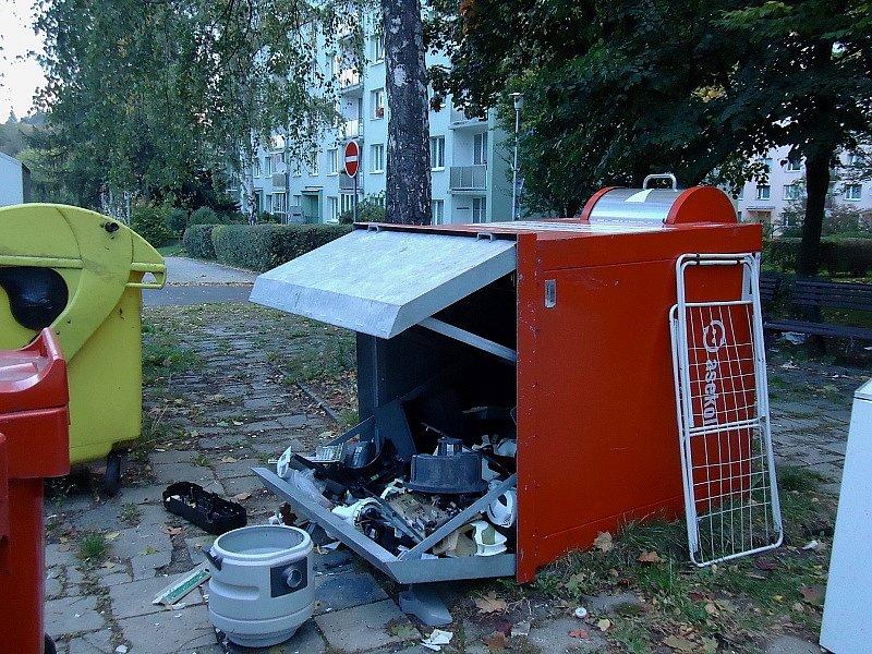 Pár postřehů z Liberce. Sběr elektro odpadu Slavíčkova ulice, foceno 21.10.2012.