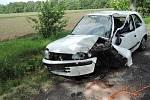 Řidička zničila auto o strom, lehce se zranila.