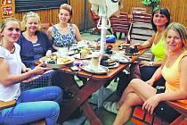 Lektorka Martina Daher a frekventantky seriálu zleva: Martina Daher, Simona Šounová, její dcera Veronika, Eva Koubovská a Štěpánka Radostná.