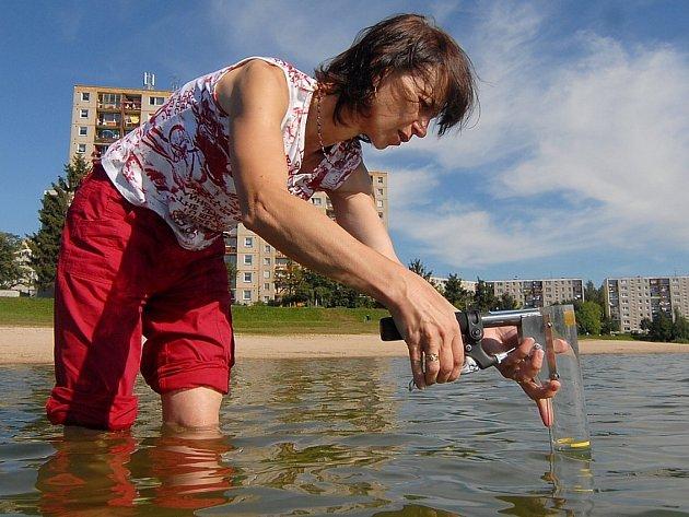 Hygienička Lenka Stárková odebírala vzorky vody na plážích U bižuterie a U prutu.