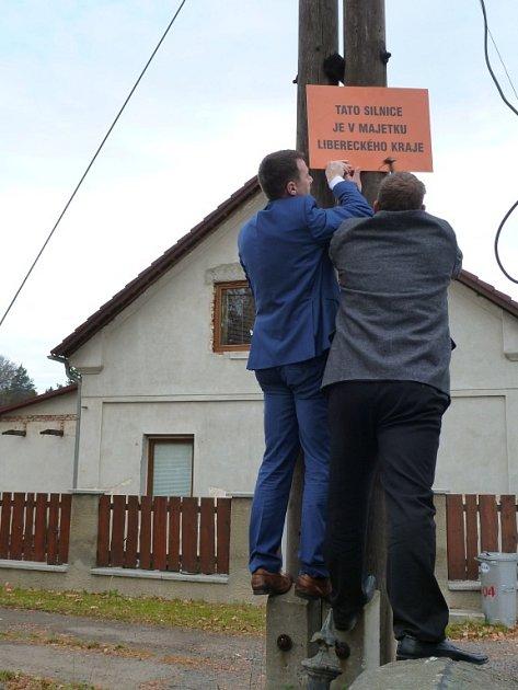 """CEDULÍ snápisem """"Tato silnice je vmajetku Libereckého kraje"""" chce kraj ukázat, jaký stav silnic by si ve svém vlastnictví představoval."""
