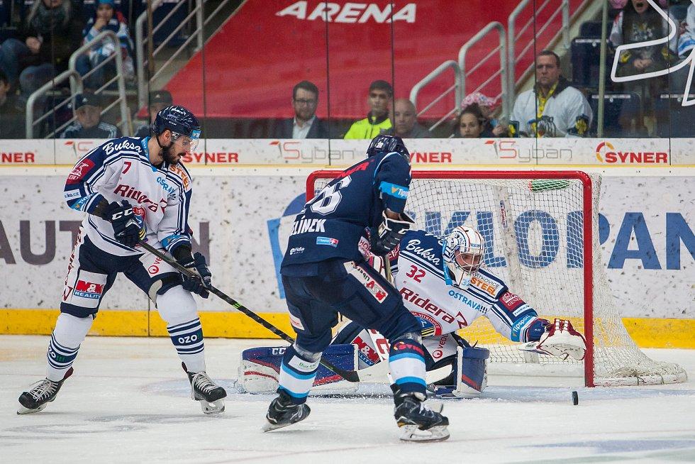 Utkání 39. kola Tipsport extraligy ledního hokeje se odehrálo 12. ledna v liberecké Home Credit areně. Utkaly se celky Bílí Tygři Liberec a HC Vítkovice Ridera. Na snímku zleva Ivan Barinka, Petr Jelínek a Patrik Bartošák.