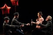 Generální zkouška černé komedie o vzniku rudé mumie, Leninovi balzamovači, proběhla 6. prosince v Malém divadle libereckého Divadla F. X. Šaldy. Premiéra bude 8. prosince. Na snímku zprava Martin Polách jako vědec Boris, Veronika Korytářová jako Naďa, Pet