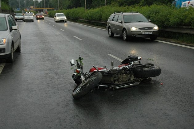 Nehoda motocyklisty s osobním automobilem.