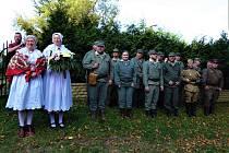 Slavnostní pokládání květin k památníkům padlých v Hlavici.