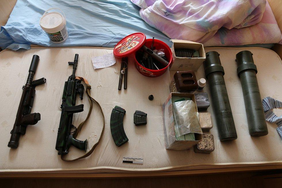 Zbraně zajištěně při domovních prohlídkách.