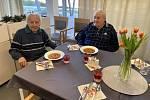 Neuvěřitelné setkání dvou starých přátel po 25 letech proběhlo vSeniorCentru Liberec.