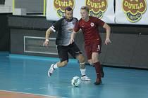 VARTA futsal liga: Liberec - Sparta 2:10. Liberecký Vrabec (vlevo) se snaží dostat k míči.