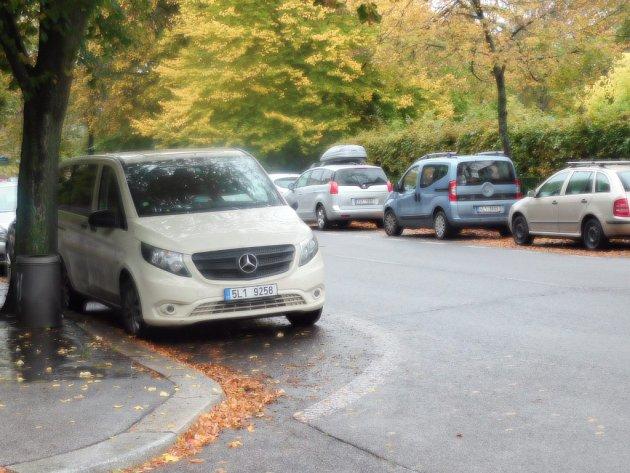 Řidič, který vyjíždí ze Studentské ulice na frekventovanou třídu, má přes zaparkovaná auta šanci vidět maximálně autobus.
