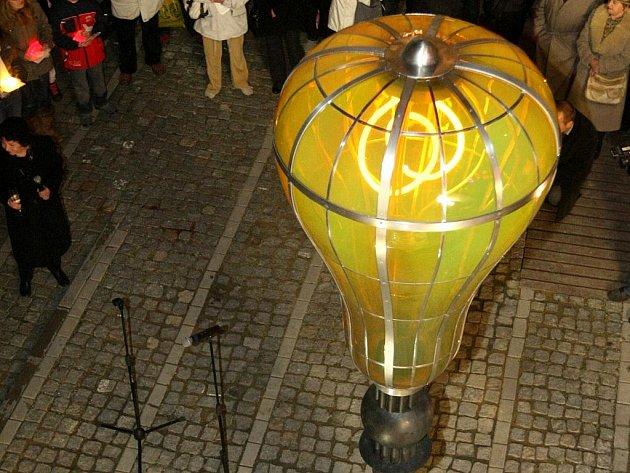 LIBEREC MÁ OD LISTOPADU MINULÉHO ROKU ve svých ulicích další sochařskou práci. Autorem je sochař Jaroslava Róna.