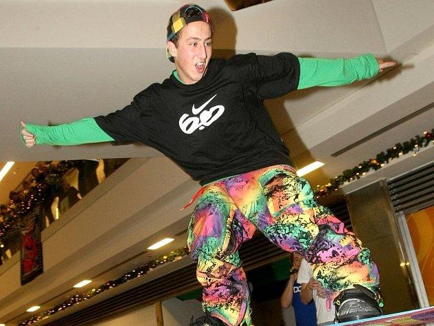 PRKNO V AKCI. Vítězem snowboardové show v Liberci se stal Roman Dlauhý.