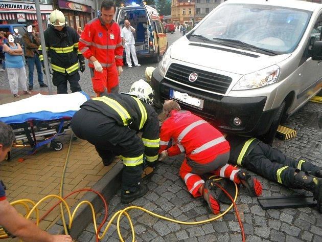 NEHODA na kterou hasiči a záchranáři asi nezapomenou. Díky práci hasičů, záchranářů a lékařů v nemocnici opět chodí.