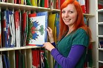 ABSOLVENTKA humanitní vysoké školy Eva Kurfiřtová našla práci ve firmě na výrobu vlajek.