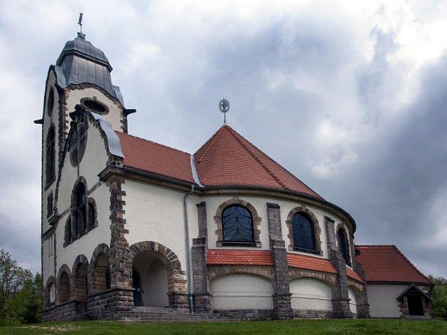 OPRAVENO. Křížovou cestu zničili vandalové v roce 2013. S opravou se muselo čekat, až věc dořeší Policie ČR.