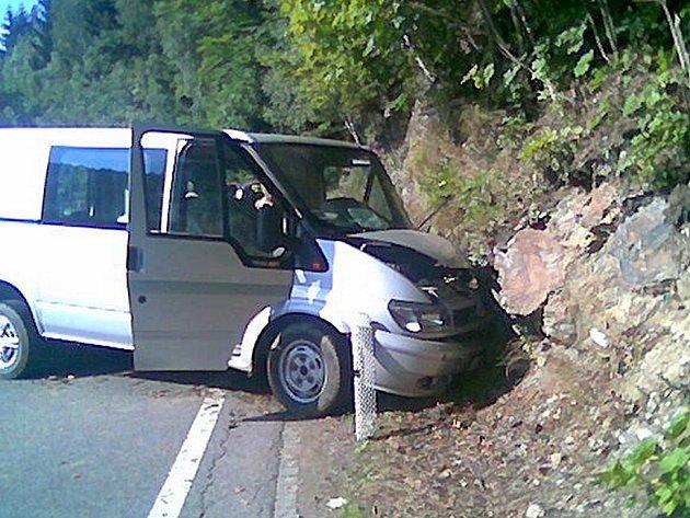 Nehoda dodávky na silnici mezi Rokytnicí a Jabloncem nad Jizerou.