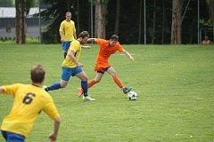 Krásná Studánka (ve žlutém)prohrála doma derby s Doubím 0:5.