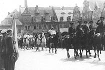 VE FRÝDLANTĚ byla 9. května uspořádána tryzna za padlé a umučené ve druhé světové válce. Na spodním snímku pozorují obyvatelé Železného Brodu odjezd německých vojáků. Reprofoto: publikace Stalo se na severu Čech