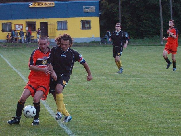 MACHNÍN – RAPID. Domácí kapitán Zah (vpravo) se snaží získat míč na Hížovi z  Rapidu. Nakonec Machnín ve své premiéře na zrekonstruované trávě vyhrál 3:0.