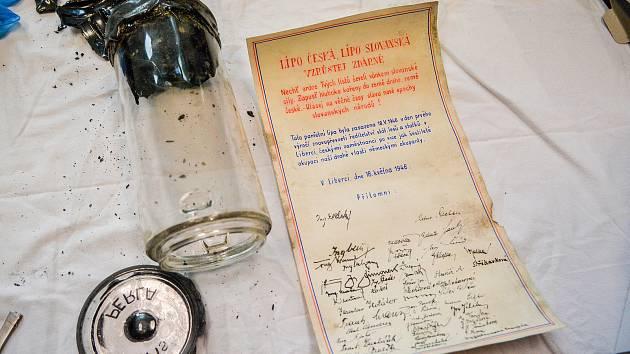 Dne 4. června byla pracovníky Severočeského muzea otevřena skleněná schránka, která pobývala od roku 1946 do roku 2018, u kořenů stromu v parku v centru Liberce. Na snímku obsah schránky - pamětní listina a dobová mince.