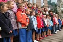 SPOLEČNÉ ZPÍVÁNÍ U RADNICE. Během třídenní přehlídky Malí zpěváčci si i letos děti zazpívaly na jednom z koncertů společně. Předvedly se blízko liberecké radnice u obchodního centra Plaza.