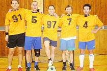 VÍTĚZNÝ TÝM. Zleva: ing. Jan Holina, Tomáš Malíř, Petr Jakůbek, ing. František Jakůbek a ing. Ladislav Kohout.