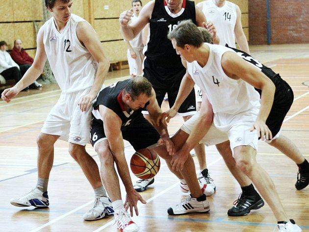 PETR ZÁZVORKA (v bílém). Proti vedoucím Svitavám zahrál liberecký basketbalista velmi dobře a vstřelil dvacet bodů.