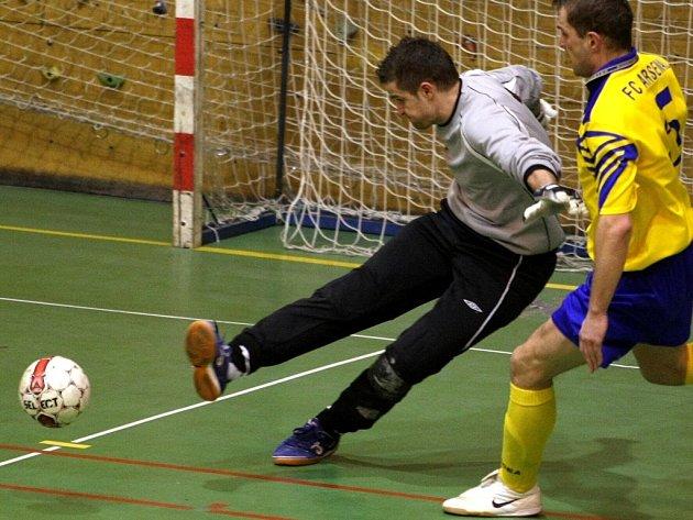 BRANKÁŘ SLAVIE TU LIBEREC. Filip Trešl musel celkem sedmkrát lovit míč ze své sítě.