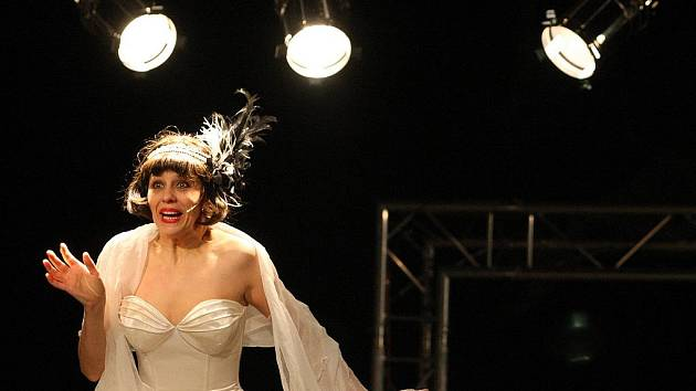 LOLA JE NA VRCHOLU, TANČÍ V NEW YORKU. Markéta Tallerová drží Cenu Thálie a hraje Lolu v Liberci