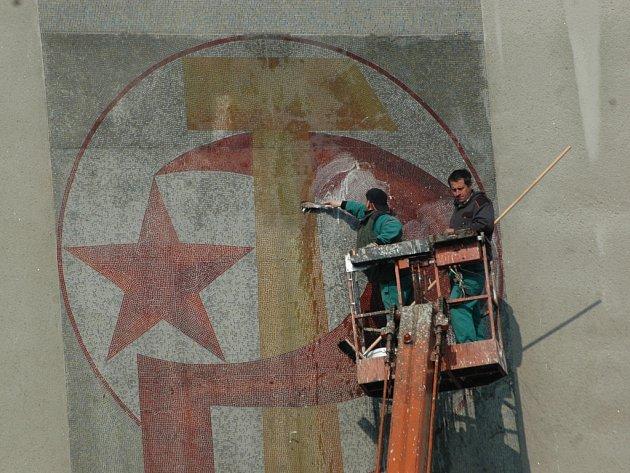 KONTROVERZNÍ MOZAIKA se srpem a kladivem, která vyprovokovala k rozvinutí vlajky s hákovým křížem.