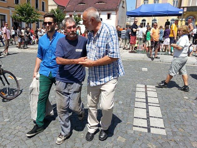 Miloš Zeman diskutuje sobčany Hrádku nad Nisou.