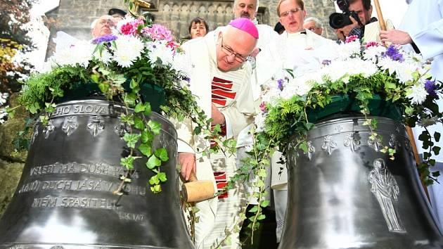 Slavnostní svěcení a zavěšení zvonů Panna Marie (389 kg) a Veronika (279 kg) v kostele sv. Jakuba Staršího v Přepeřích u Turnova. Akce se zúčastnil český katolický duchovní Jan Baxant, kandidát na prezidenta Miloš Zemana a první dáma Livie Klausová.