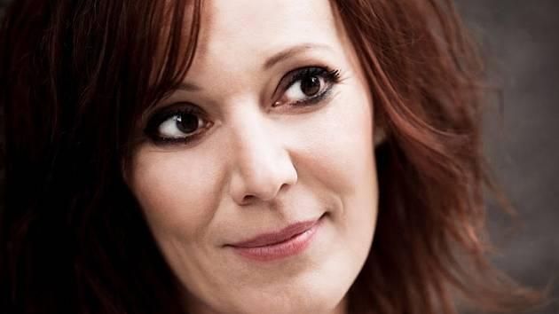 SIDÓNIA TOBIÁŠOVÁ je herečka a zpěvačka. Vydala zatím pět studiových alb a hraje v divadle Astorka Korzo '90.