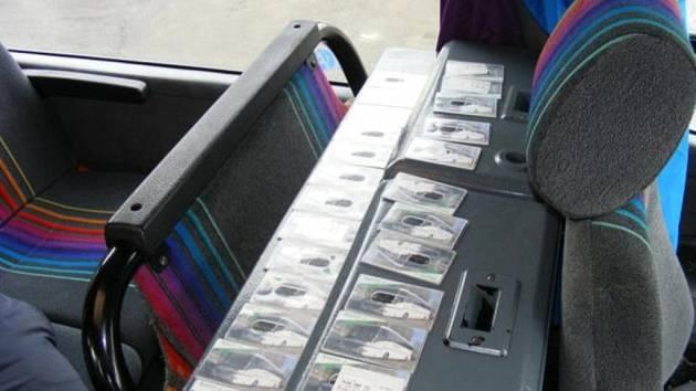 FALEŠNÉ KARTY, ze kterých se dvojici řidičů podařilo podvodně vybrat zhruba 120 tisíc korun.